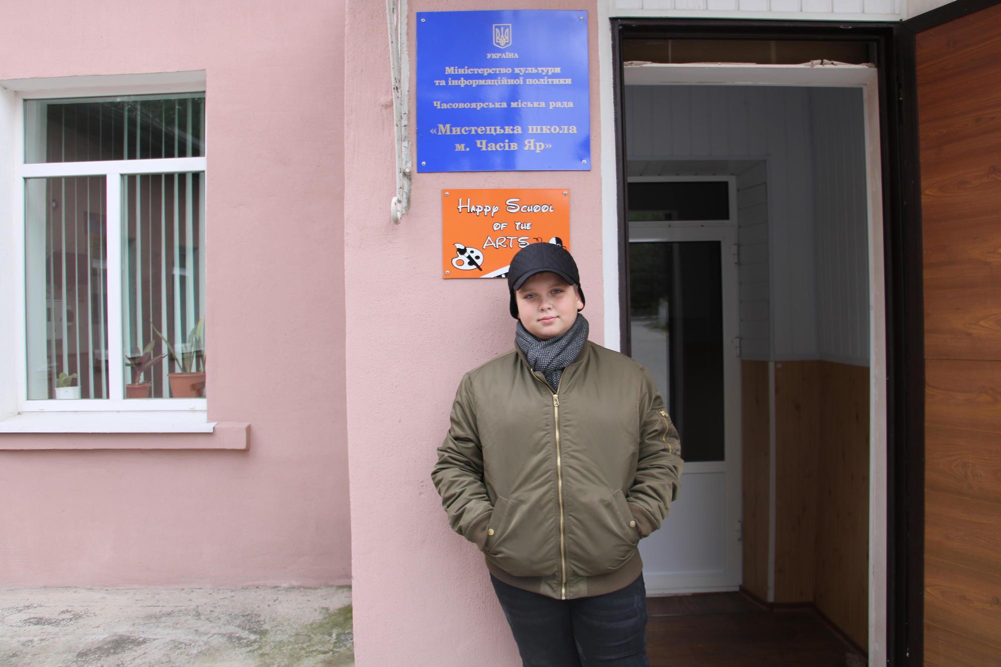 Іван Гомольський біля мистецької школи у Часів Ярі