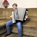 Мальчик-виртуоз из Часов Яра играет на аккордеоне вчетверо старше себя и собирает средства на новый (ФОТО, ВИДЕО)