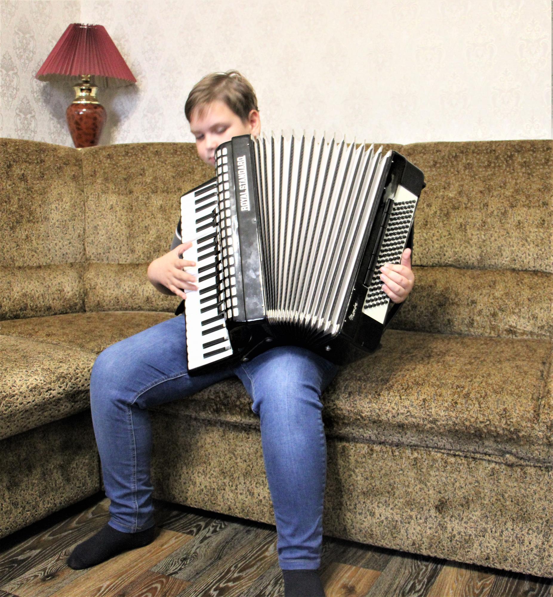 Іван Гомольський грає на акордеоні