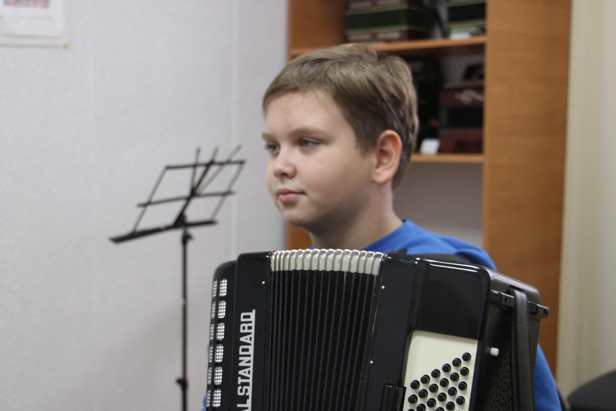 Іван Гомольський з акордеоном у Часів Ярі