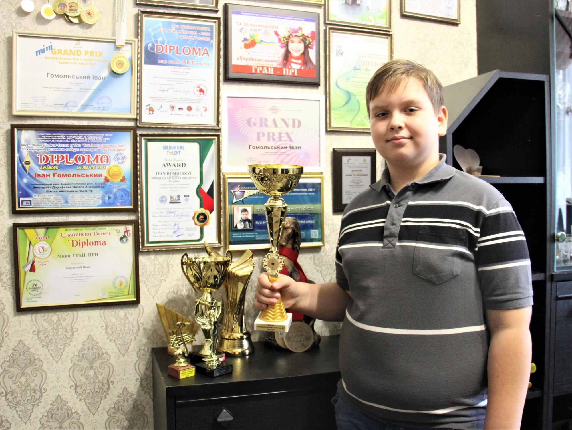 Ваня Гомольський з нагородами вдома у Часів Ярі